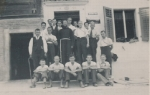 Geistlicher mit Männergruppe