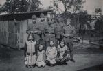 Fünf Soldaten - Vier Mädchen